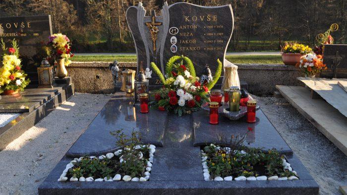 Dvojni nagrobni spomenik 65
