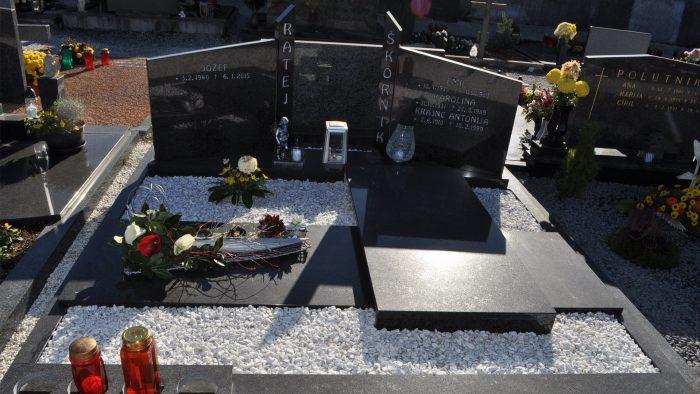 Dvojni nagrobni spomenik 10