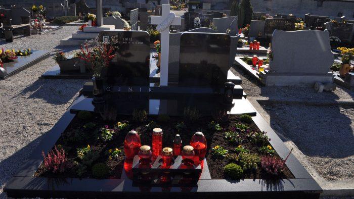 Dvojni nagrobni spomenik 8