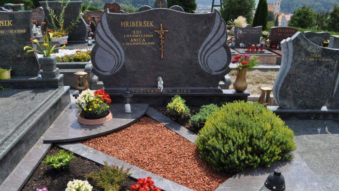 Dvojni nagrobni spomenik 32