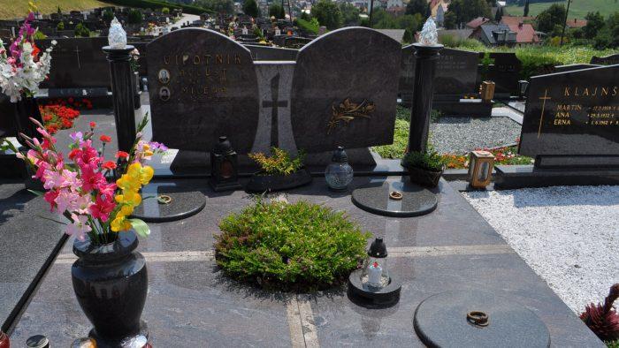 Dvojni nagrobni spomenik 31