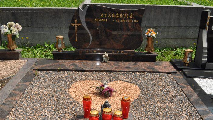 Dvojni nagrobni spomenik 30