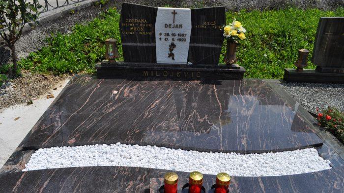 Dvojni nagrobni spomenik 25