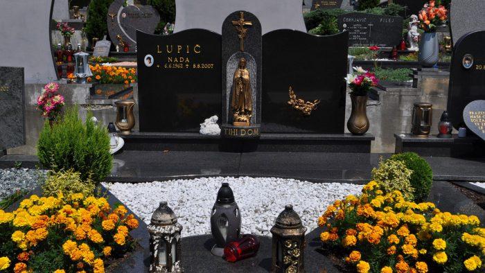 Dvojni nagrobni spomenik 42
