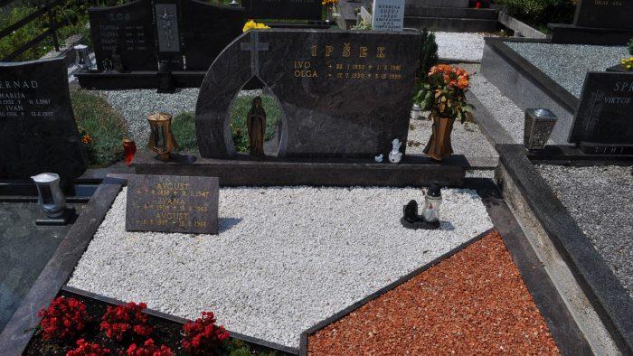 Dvojni nagrobni spomenik 22