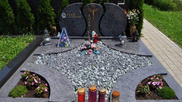 Dvojni nagrobni spomenik 19