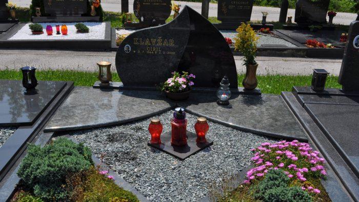 Dvojni nagrobni spomenik 18