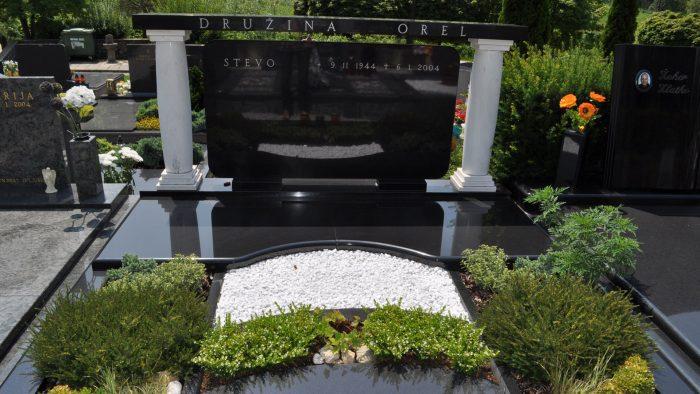 Dvojni nagrobni spomenik 14