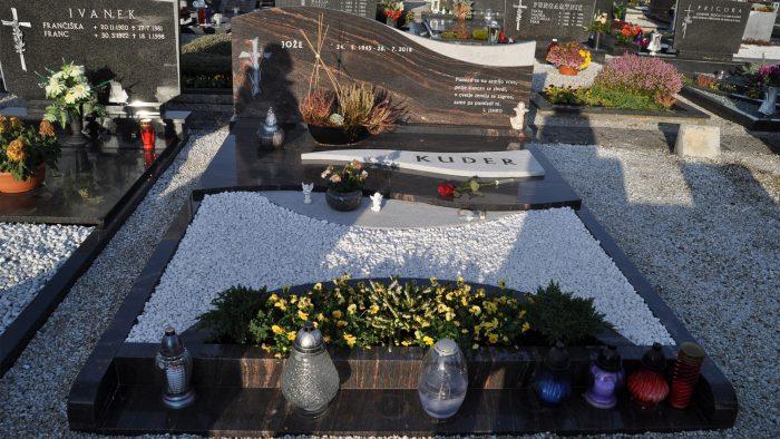 Dvojni nagrobni spomenik 1
