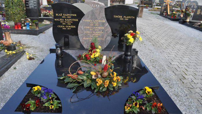 Dvojni nagrobni spomenik 61