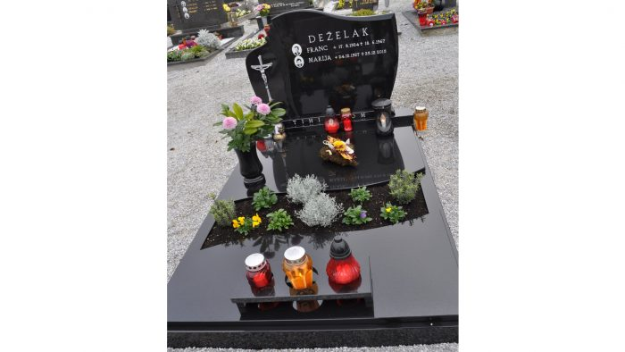 Enojni nagrobni spomenik 13