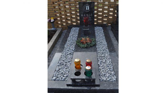 Enojni nagrobni spomenik 15