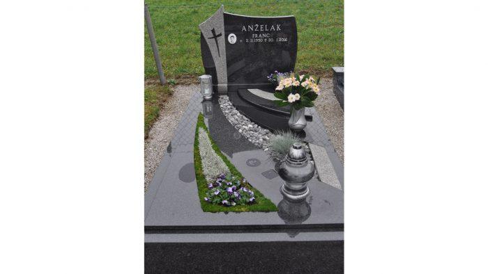 Enojni nagrobni spomenik 19