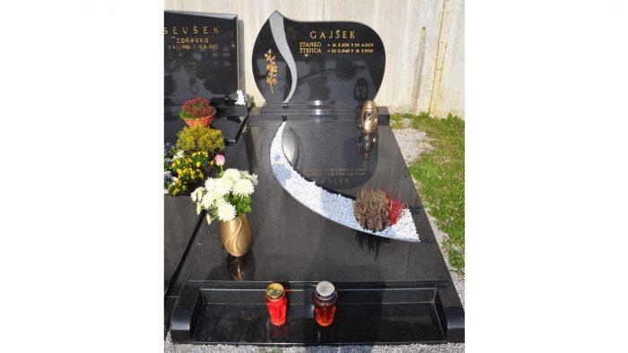 Enojni nagrobni spomenik 33