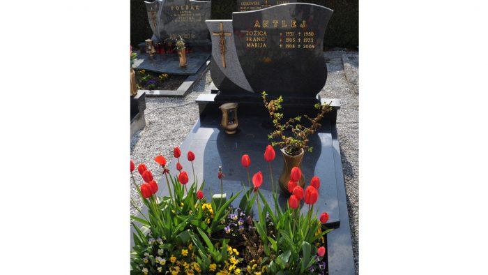 Enojni nagrobni spomenik 45