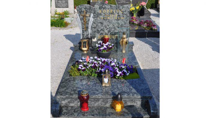 Enojni nagrobni spomenik 47