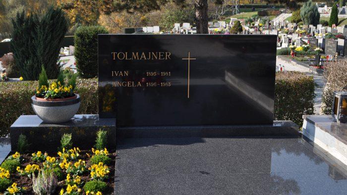 Dvojni nagrobni spomenik 37