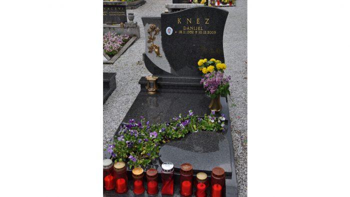 Enojni nagrobni spomenik 54