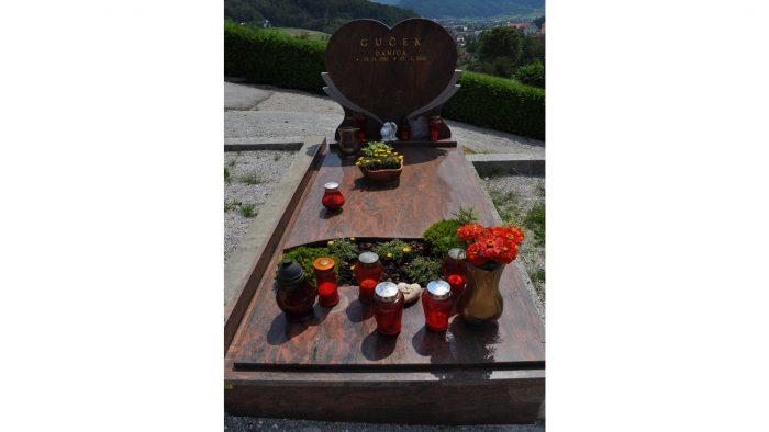 Enojni nagrobni spomenik 58