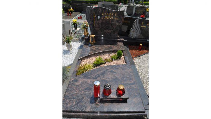 Enojni nagrobni spomenik 61