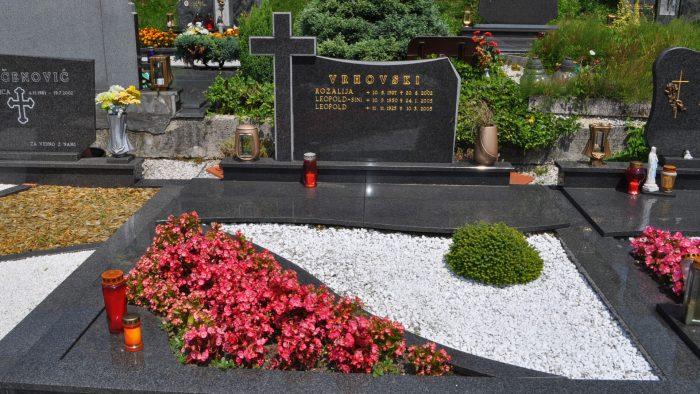 Dvojni nagrobni spomenik 55