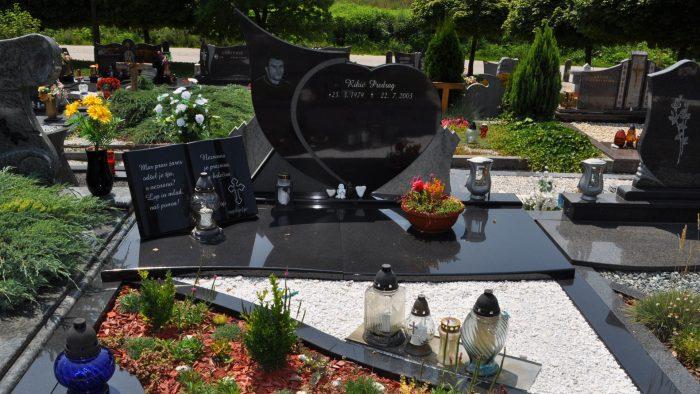 Dvojni nagrobni spomenik 56