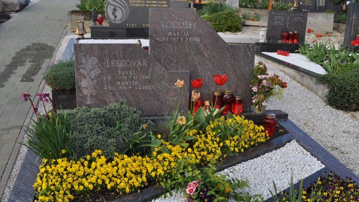 Dvojni nagrobni spomenik 28